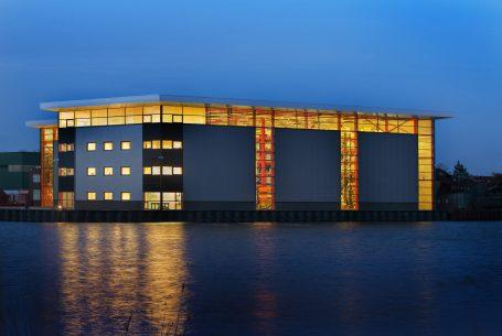 Bedrijfshal aan Zijkanaal G in Zaandam
